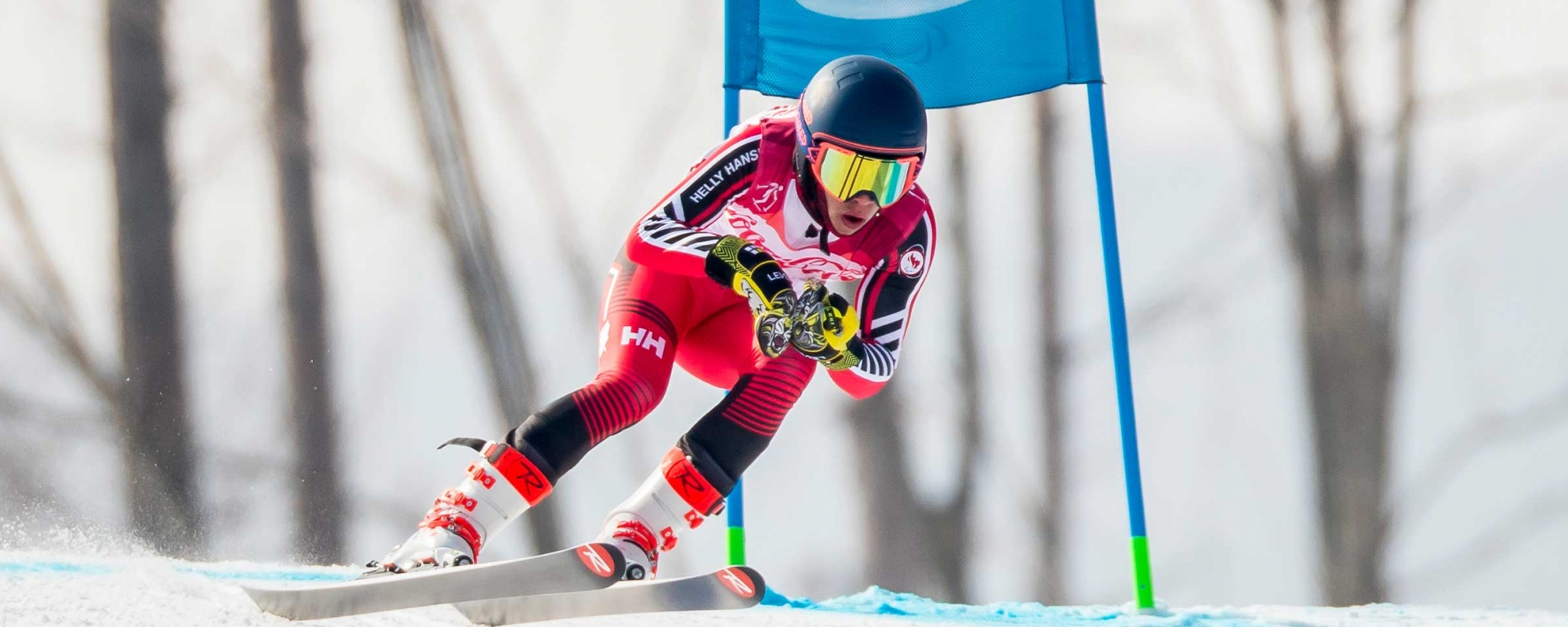 Alexis Guimond skiing downhill around a gate